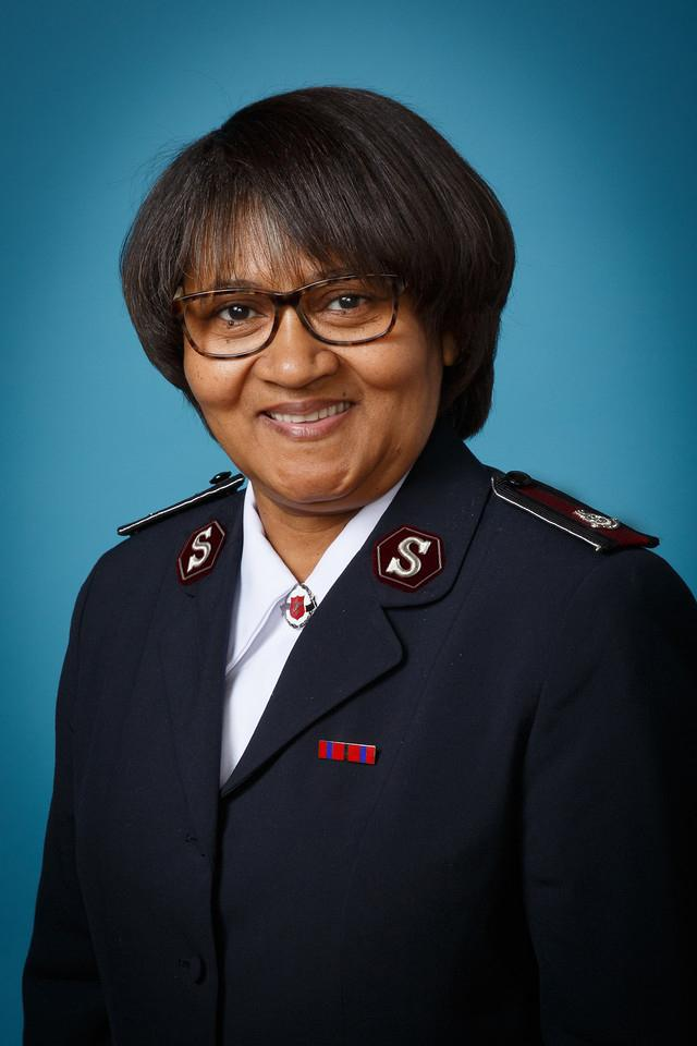 Der Hohe Rat beendete die Zeit der Hingabe mit dem Gebet von Kommissärin Yvonne Conrad (Territoriale Präsidentin G+F im Territorium Südafrika).