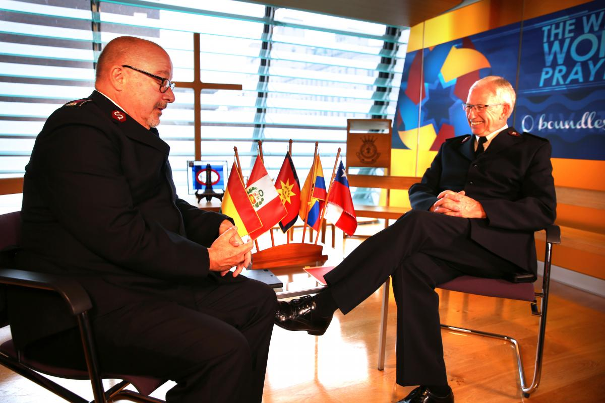 Der neugewählte General, Kommissär Brian Peddle (rechts) im Gespräch mit Oberstleutnant Brian Venables (Sekre-tär IHQ Kommunikation)