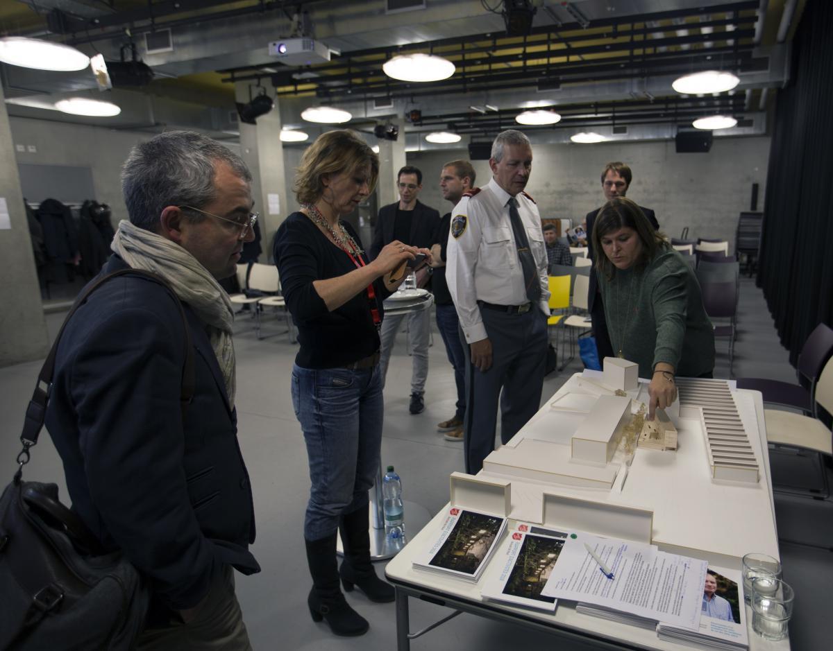 """Séance de présentation du projet «  Le Passage », à Genève / Informationsanlass zum Notschlafstellen-Projekt """"Le Passage"""" in Genf."""