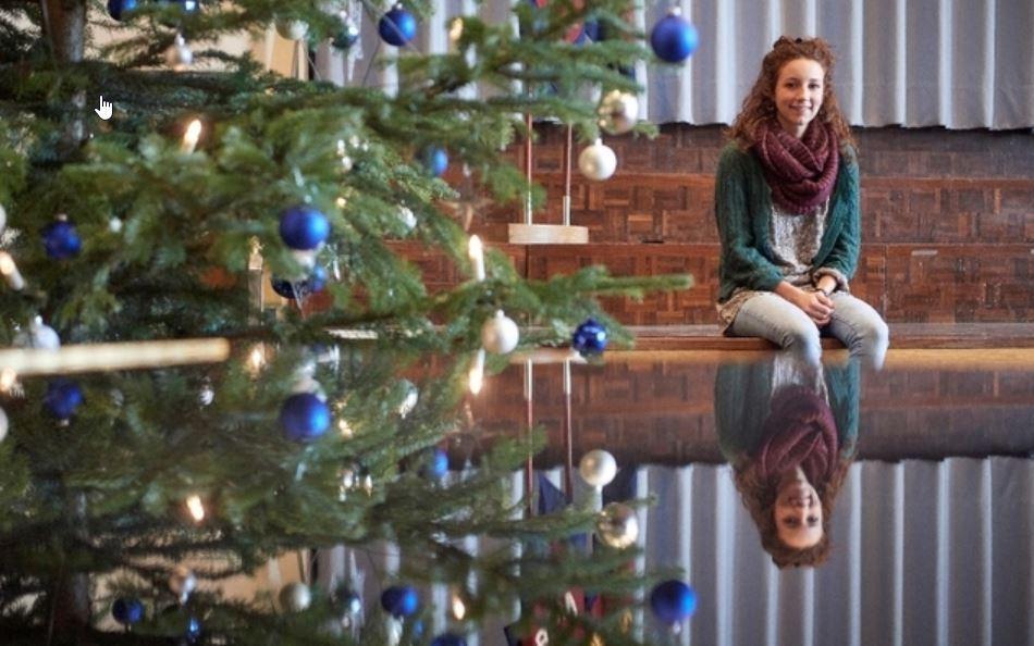Lea Walzer hilft bei der Offenen Weihnachtsfeier der Heilsarmee Bern mit.