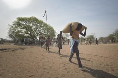 Menschen erhalten Lebensmittel von der ACT Alliance in Rumading, Südsudan.
