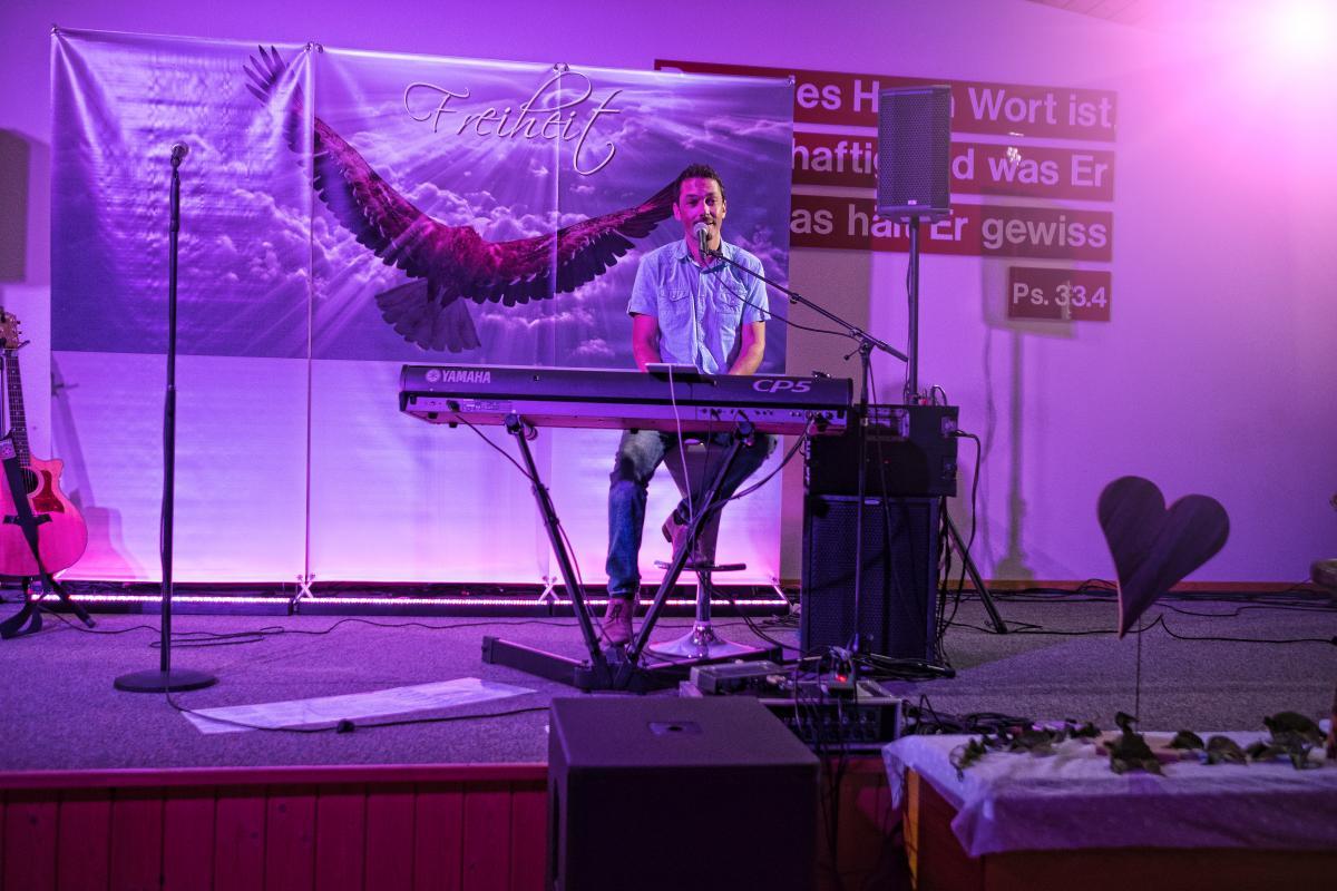 Toby Meyer sang in der Heilsarmee Huttwil von seiner Geschichte mit Gott.