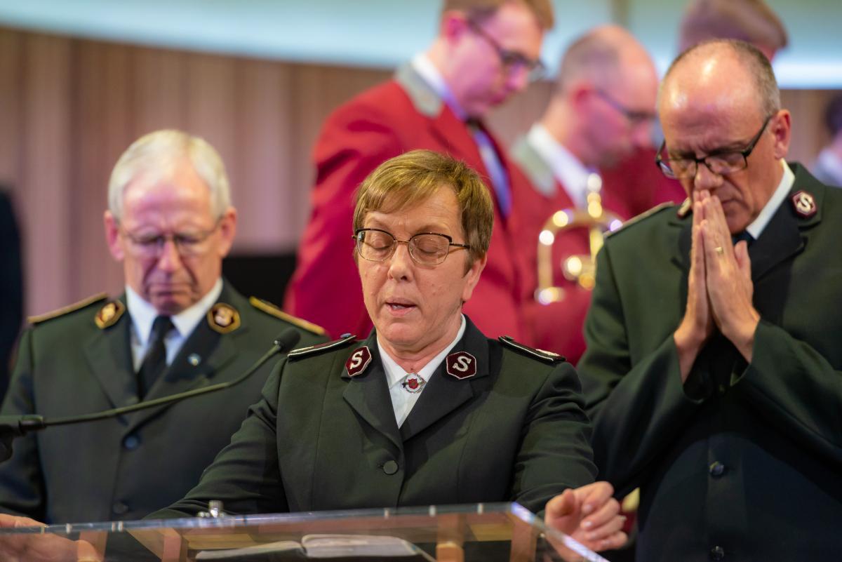Kommissärin Rosalie Peddle, General Brian Peddle (links) und Kommissär Anthony Cotterill im Gebet.
