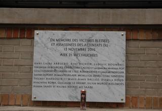 François Hollande dévoile une plaque commémorative à la mémoire des 21 victimes de la Rue Charonne, lors des attentats du 13 novembre 2015. Cette plaque est fixée sur le mur du Palais de la Femme, un centre social de l'Armée du Salut à Paris.