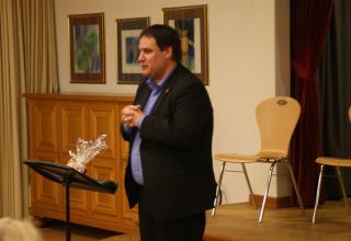 Daniel Röthlisberger, Leiter Sozialwerk Heilsarmee Schweiz, spricht Abschlussworte.