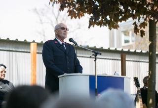 Major Paul Burch (R) spricht über seine Erinnerungen an seine Bestallung in Wien / Le major Paul Burch (à la retraite) parle des souvenirs de son service à Vienne