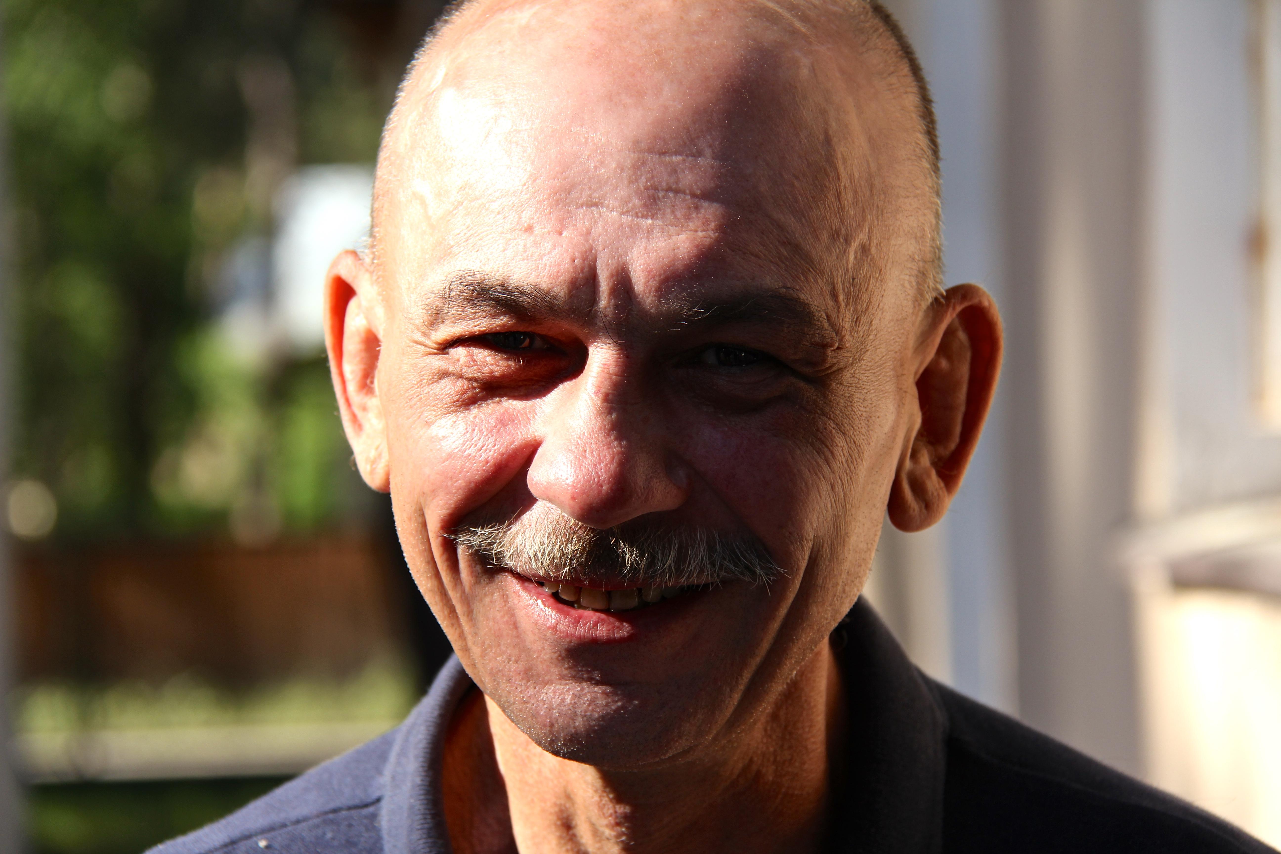 Während 20 Jahren hat Wiesiek in einem improvisierten Zelt am Flussrand gelebt. Heute geht er einer Arbeit nach, hat ein Zimmer und ist Mitglied der Heilsarmee.