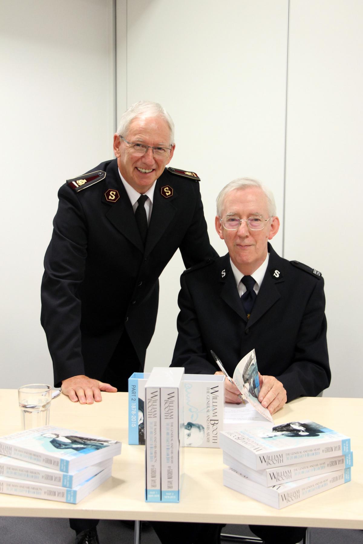 Le Général Brian Peddle (à gauche) avec Gordon Taylor, auteur de la nouvelle biographie du Fondateur de l'Armée du Salut