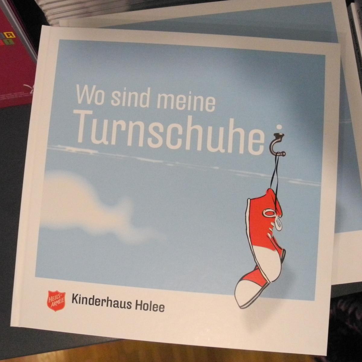 """Das Kinderbuch """"Wo sind meine Turnschuhe?"""" feierte Vernissage im Kinderheim Holee Basel."""