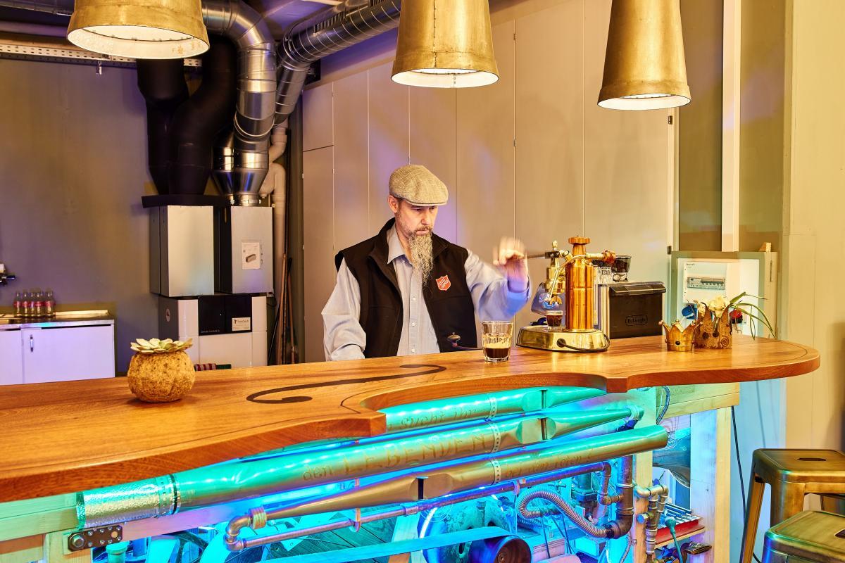 Major Andreas Fuhrer hinter der Wunder-Bar in der Factory