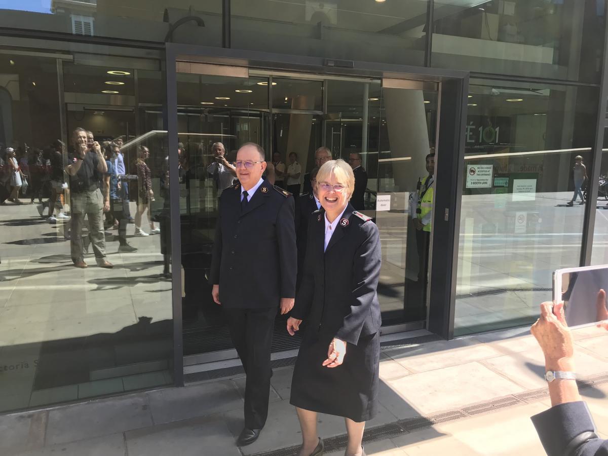 General und Kommissärin Cox beschreiten gemeinsam den Weg aus dem IHQ in ihren wohlverdienten Ruhestand..