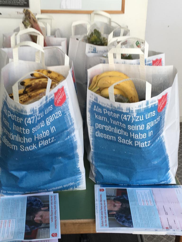 Alles bereit für die Lebensmittalabgabe in Biel. / Tout est prêt pour la distribution de nourriture à Bienne.