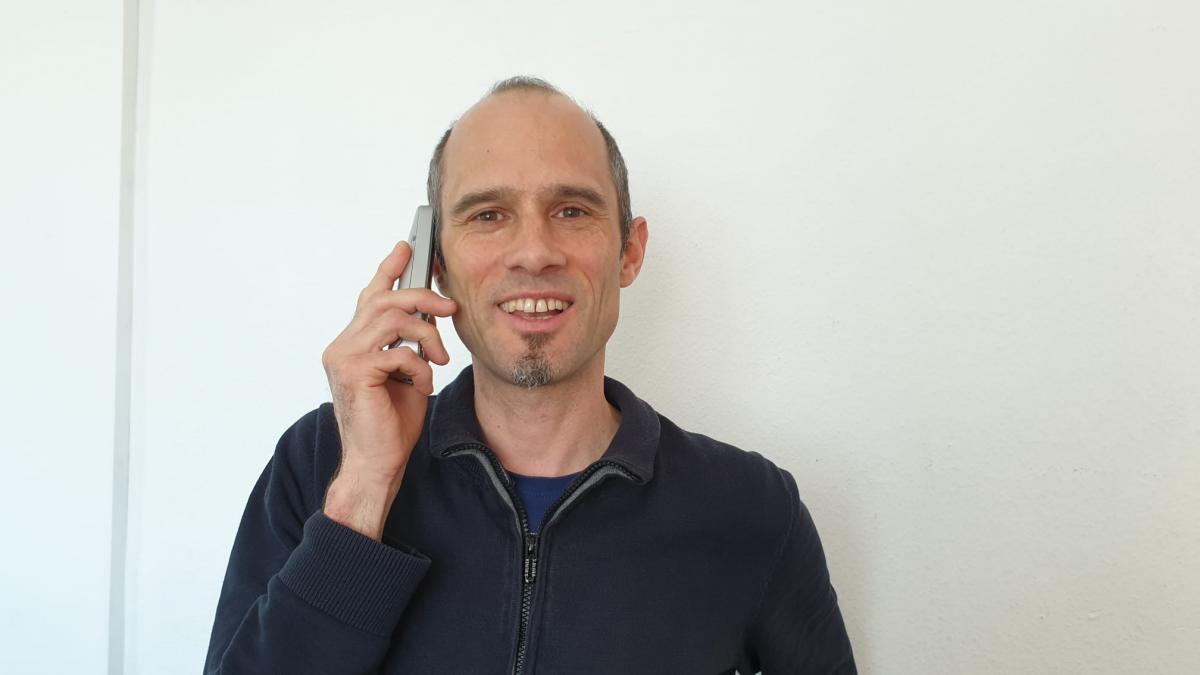 Stephan Braun führt Seelsorgegespräche am Telefon.