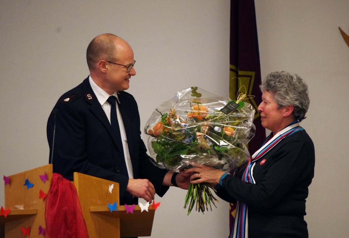 Sylvia Wenger reçoit le bouquet des mains du major Thomas Bösch