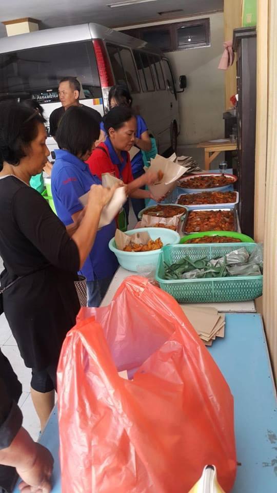 L'Armée du Salut distribue de la nourriture