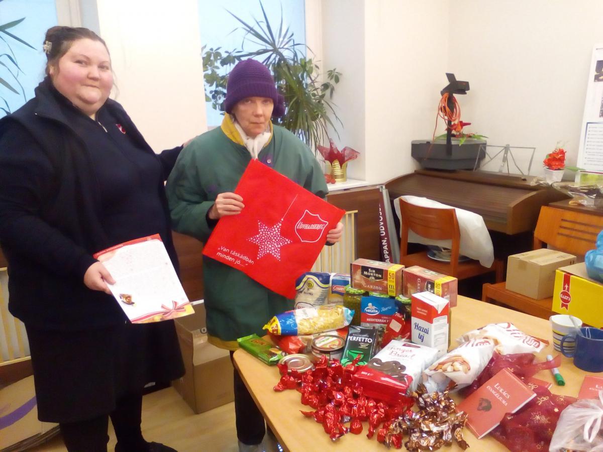 En décembre 2018, les Postes de Hongrie ont distribué 550 colis alimentaires à des familles et des personnes dans le besoin, grâce à un généreux don de la Suisse.