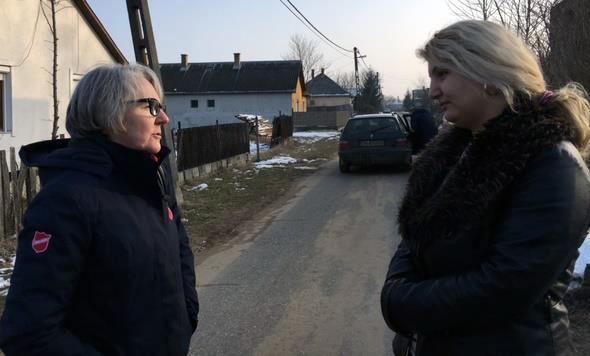 En Hongrie, l'Armée du Salut établit des relations de confiance avec les communautés roms dans les villages.