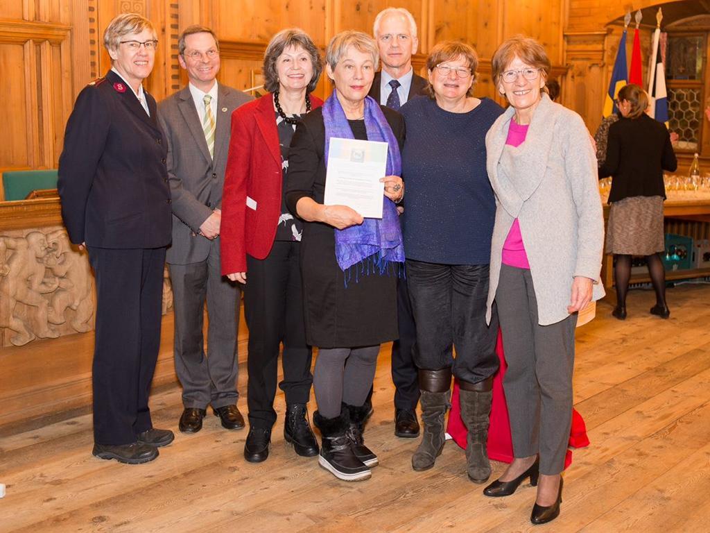 L'initiatrice de ces veillées de prière, Esther Lendenmann (au centre) reçoit le label Oecumenica.