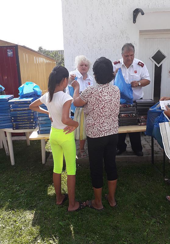 Die Heilsarmeekorps in Ungarn stellen zum Schulbeginn Schulpakete mit Heften und anderen Schulsachen zusammen, die an bedürftige Familien gehen. 2018 haben rund 450 Familien davon profitiert.