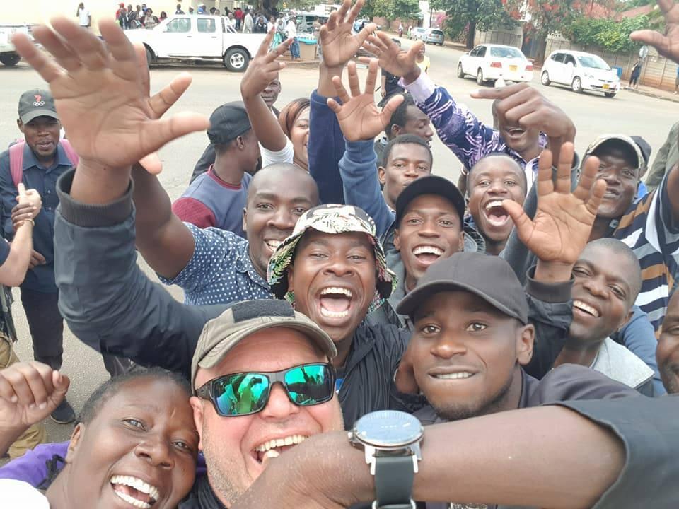 Simbabwe: 37 Jahre Unterdrückung sind zu Ende. / Zimbabwe : 37 ans de dictature arrivent à leur terme.