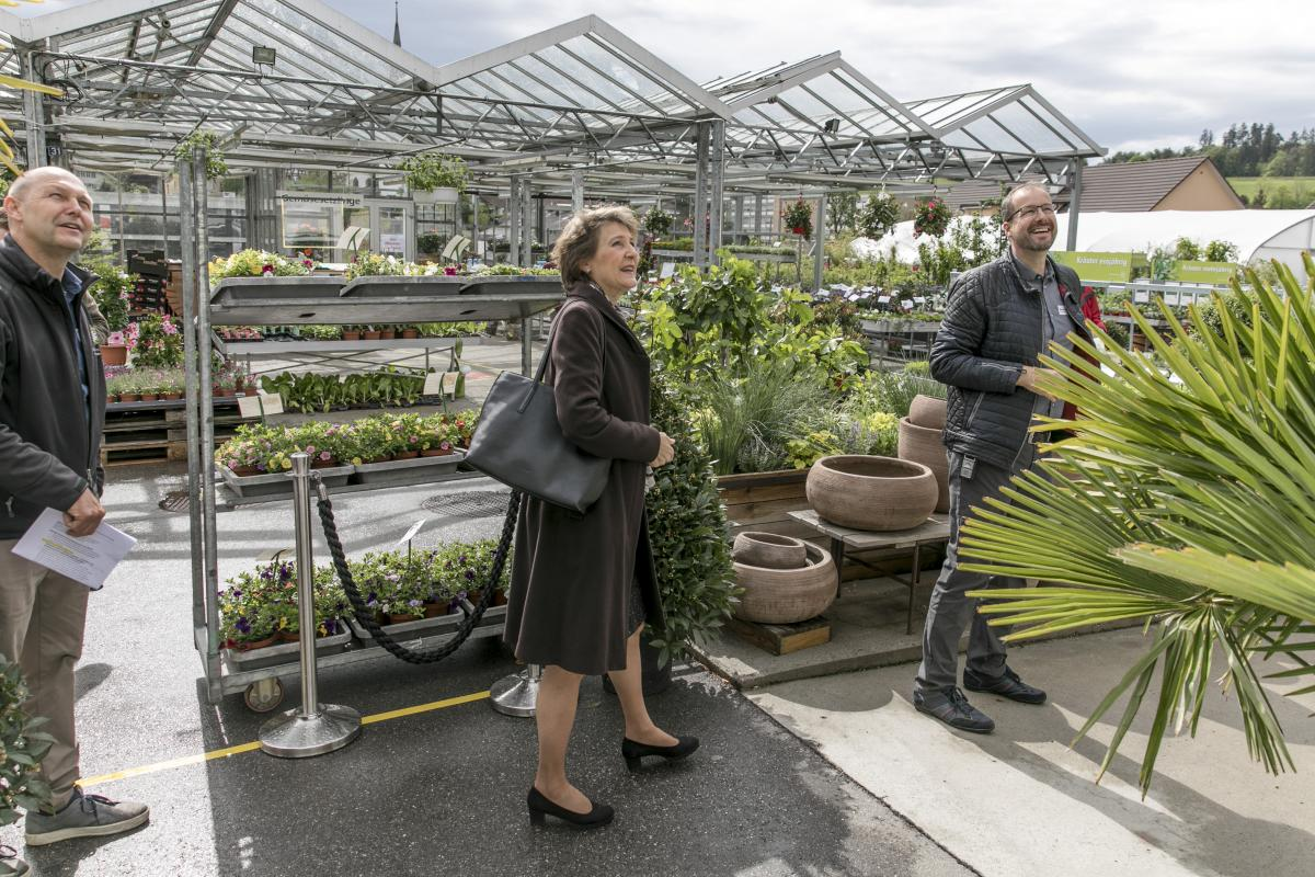 Bundespräsidentin Simonetta Sommaruga besucht die Heilsarmee-Gärtnerei Buchseegut in Köniz.