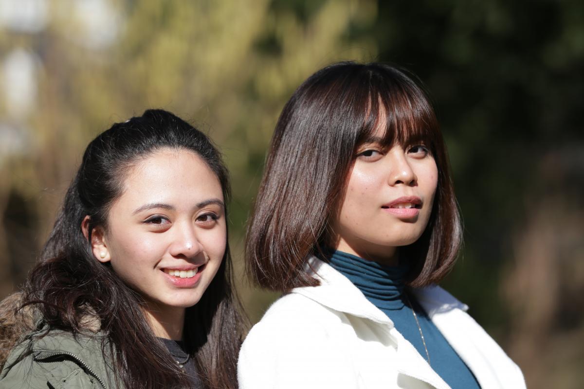 Sophia (links) und Denise absolvieren ein Praktikum bei der Heilsarmee Internationale Entwicklung.
