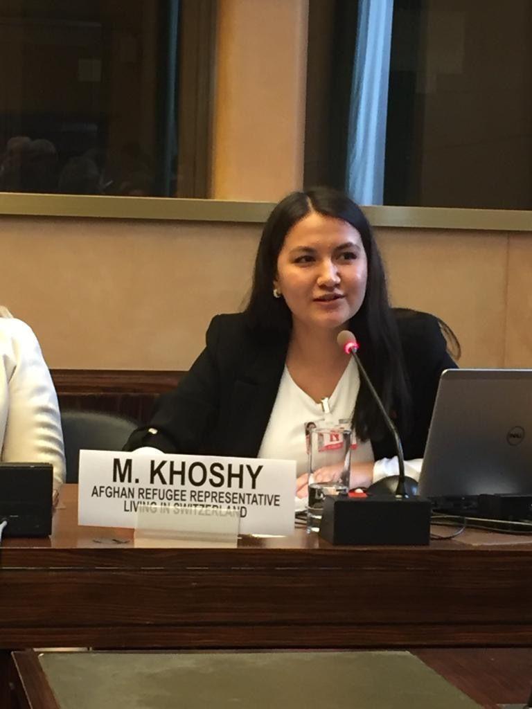 Maria Khoshy hält eine Rede am ersten Globalen Flüchtlingsforum. / Maria Khoshy prononce un discours lors du premier Forum mondial sur les réfugiés.