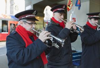 Für die Heilsarmee sind die Wochen vor Weihnachten von Betriebsamkeit geprägt. Viele Mitglieder singen und musizieren auf den Strassen.