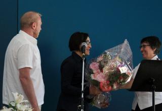 Monsieur Alain Bailly, gérant immobilier Région Ouest, et la major Sylvette Huguenin, responsable de la Division Romande, remercient l'architecte du chantier, Madame Christine Thibaud-Zingg.