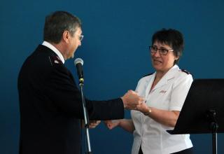 Le commissaire Massimo Paone, Chef du Territoire Suisse, Autriche & Hongrie, remet la clé à la major Sylvette Huguenin,responsable de la Division Romande.