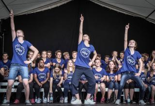 À travers la Suisse, les alive-teens partagent leur envie de danser et de chanter. Les dates de la tournée sur : www.alive-teens.ch